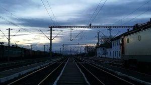 În tren, așteptând să plece trenul